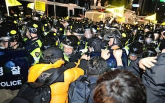セウォル号沈没事故では政府の対応に強い批判が出た(4月18日、ソウル中心部の抗議デモ)=共同