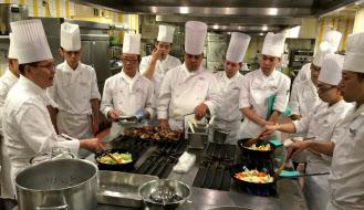 ロイヤルホストは全国で調理長の技術を上げる研修会を催している(東京都世田谷区のロイヤルHD本社)