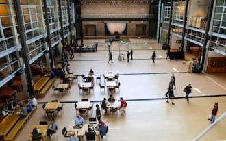 食堂やトイレなどを建物の中心部に集め、社員同士が顔を合わせる機会が増えるように設計されたピクサー本社(カリフォルニア州エメリービル)
