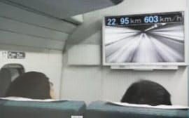 時速603キロメートルでの走行試験に成功したリニア車両の車内を映すモニター(21日午前、山梨県都留市)