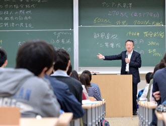 東京工業大学で講義する池上彰教授