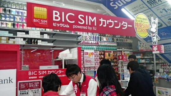 格安SIMカードを即日引き渡しできるカウンターが盛況(東京・渋谷のビックカメラ渋谷東口店別館)
