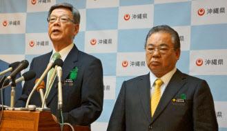 3月23日、沖縄防衛局に作業停止を指示した翁長知事(中央)の記者会見に同席する安慶田副知事(右)と浦崎副知事(左)