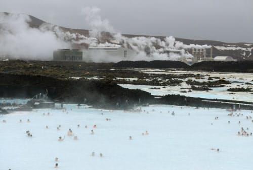 奥に見える地熱発電所の温排水を利用した温泉プール「ブルーラグーン」(2月、アイスランド)