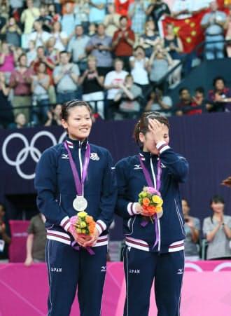 表彰台で涙をおさえる藤井(右)、垣岩の両選手=写真 佐光恭明