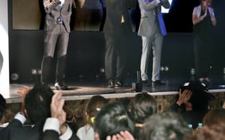 社員の投票でエリアマネージャーに再選され、涙を流すオンデーズの枌原寛さん(左)(東京都台東区)