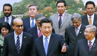 記念写真に納まる中国の習近平国家主席(前列中央)と「アジアインフラ投資銀行」設立に基本合意した各国代表(2014年10月、北京)=共同