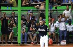 王貞治氏が持つ日本プロ野球記録を抜く日米通算1968得点を記録したマーリンズのイチロー(25日、マイアミ)=共同