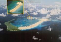 中国が埋め立てを進める南シナ海のスビ礁。滑走路が建設できるほどの広さがある(4月12日、フィリピン軍撮影)