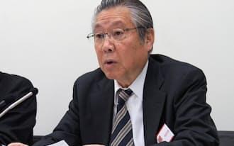 記者会見する東エレクの東哲郎会長兼社長(27日、東証)
