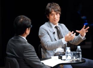 セミナーで対談するサッカー元日本代表主将の宮本氏(右)と武智編集委員