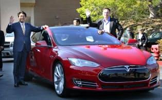 シリコンバレーのテスラ・モーターズで、電気自動車の試乗を前にイーロン・マスクCEO(右)と記念撮影する安倍首相=4月30日、米カリフォルニア州(代表撮影・共同)