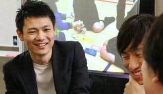 高校生などをサポートするNPOカタリバの職員として働く横山和毅さん(左)(東京都杉並区)