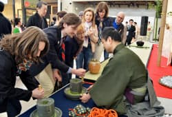 ミラノ国際博覧会が開幕し、「日本館」のイベント広場では茶道裏千家のデモンストレーションが行われた(1日、イタリア)=共同