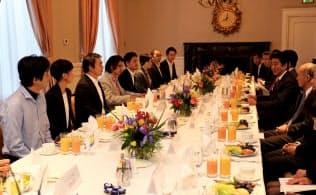 シリコンバレーの在住の日本人起業家と朝食会を開いた安倍晋三首相(5月1日)