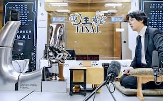 将棋電王戦でコンピューターソフト「AWAKE」に勝利した阿久津八段(右)(4月11日、東京都渋谷区の将棋会館)