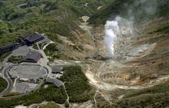 周辺で小規模な水蒸気噴火が発生する恐れがあるとして噴火警報が発表された箱根山の大涌谷(6日午前、神奈川県箱根町)=共同