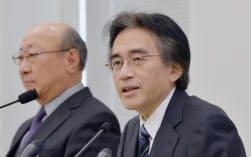 決算発表する任天堂の岩田社長(右)(7日午後、大阪市中央区)