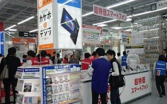 ソフトバンクにとってヤマダ電機の営業力は魅力だ(ヤマダ電機の携帯売り場)