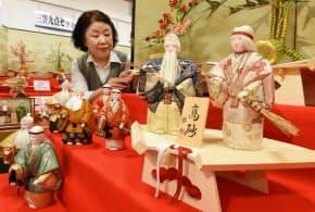 店頭に並ぶ木目込みの高砂人形(大阪市中央区の久宝堂)