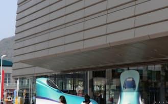 ガラス面に「H5系」車両のイラストを貼り付けて来春の新幹線開業をアピール(JR函館駅)