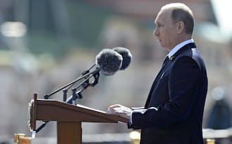 9日、モスクワで開かれた対ドイツ戦勝70周年の記念式典で演説するロシアのプーチン大統領=ロイター