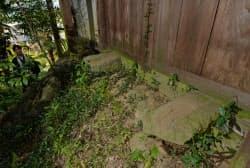 扉の下から平行して突き出た2本の石製軌道。この上を台車が伝う仕組み