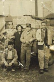 自社工場で従業員とくつろぐ渋谷義雄氏(右)(1947年、神戸市)