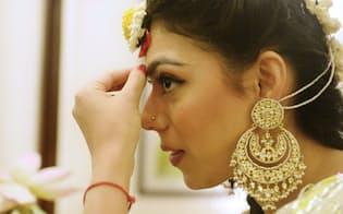 結婚式を控え、金の宝飾品を身につけるインドの女性=写真 小谷裕美
