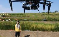 水田の上空を飛ぶ無人航空機(愛知県東郷町の名古屋大学付属農場)
