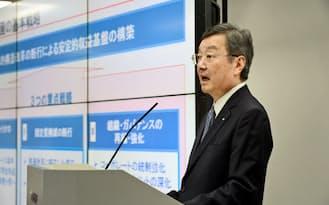 決算発表するシャープの高橋社長(14日午後、東京都港区)