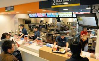 注文と商品受け渡しのカウンターを分けるなど店舗改装も進めている(横浜市中区)