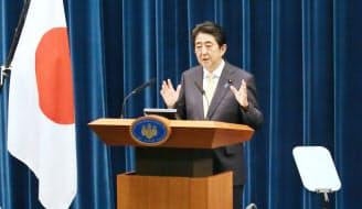 記者会見する安倍首相(14日午後、首相官邸)