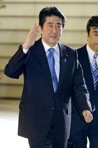 首相官邸に入る安倍首相(15日午前)=共同