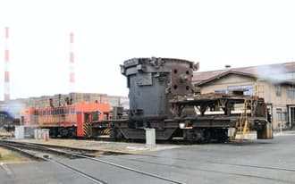 製鉄所内の重量物輸送はディーゼル機関車が担う(兵庫県加古川市の神戸製鋼所加古川製鉄所)