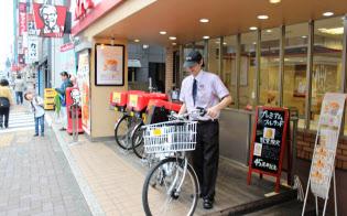 自転車での配送を始めた日本ケンタッキー・フライド・チキンの実験店(東京都武蔵野市)