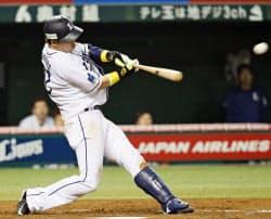 7回西武1死三塁、浅村が左中間に勝ち越し二塁打を放つ(19日、西武プリンスドーム)=共同