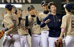 ソフトバンクに勝利し喜ぶ松葉(右から4人目)らオリックスナイン(19日、北九州)=共同