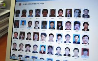 「キツネ狩り」の対象者として、海外逃亡した腐敗官僚ら100人の名前と顔写真を掲載した中国公安省のウェブサイト