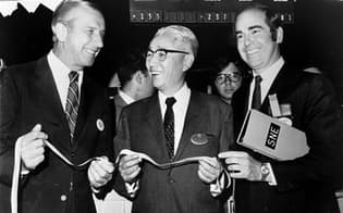 1970年9月17日、ソニーが日本企業として初めてニューヨーク証券取引所に上場した=写真中央は初立ち会いに臨む盛田昭夫副社長(当時)=ソニー提供