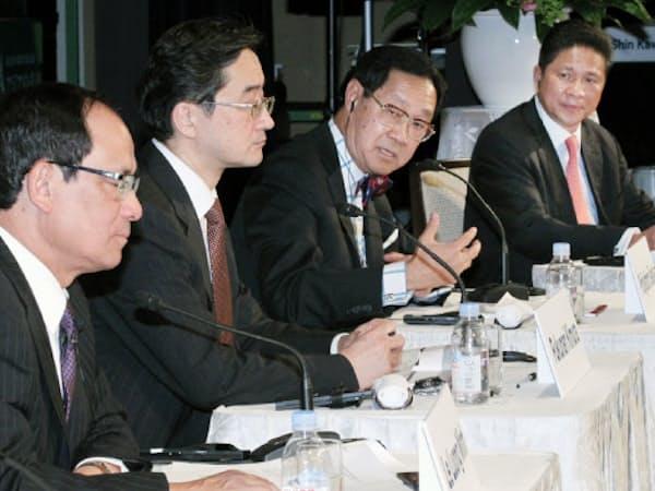 討論する(左から)レ・ルオン・ミンASEAN事務局長、木村慶大教授、タイのプリディヤトーン・テワクン副首相、カンボジアのスン・チャントル商業相(21日午後、東京都千代田区)