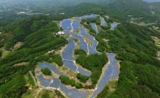3月から発電を開始した「サニーソーラー福島中央発電所」。閉鎖したゴルフ場の18ホールのうち15ホールに10万枚以上の太陽光パネルが並ぶ(福島県須賀川市)
