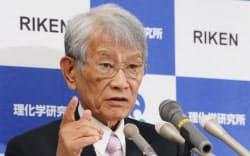 今後の経営方針について記者会見する理研の松本理事長(22日午後、埼玉県和光市)