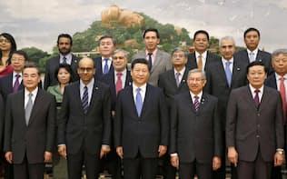 中国の習近平国家主席(前列中央)とAIIB設立式典に出席した各国の代表(2014年10月、北京の人民大会堂)=共同