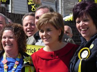 スコットランド西部エールで支持者と語り合うスコットランド民族党のスタージョン党首(中央)