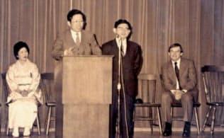 旧トリン社従業員に講演する永守重信社長(当時、左から2人目)