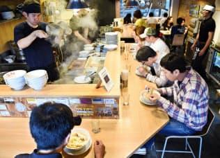 全国ではラーメンへの支出が減る一方、大阪では増えている(大阪市淀川区の「人類みな麺類」)