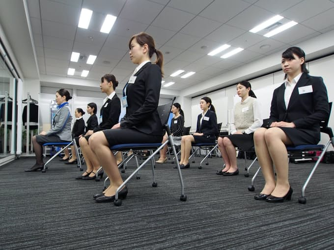 ハードル下がった? 客室乗務員、仁義なき争奪戦: 日本経済新聞