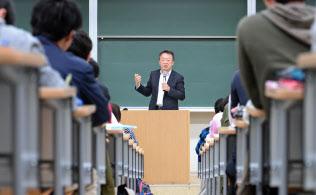 東工大の講義にはアジアなどからの留学生も参加している(講義する池上教授)