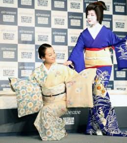 CM発表会で、祇園の芸妓の真生さん(右)と京舞の形を披露する浅田